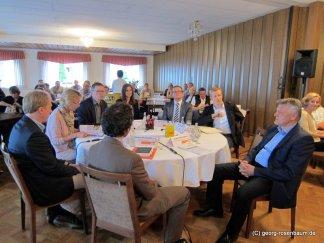 Vertreter der Netzbetreiber und lKommunen am runden Tisch erläutern das Projekt
